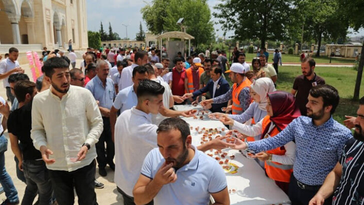 """AK Partili Gençler Mursi için """"Lokma"""" dağıttı"""