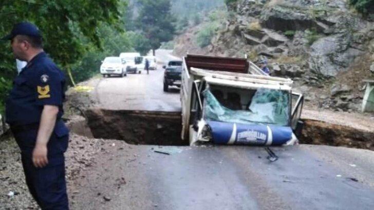 Sağanak nedeniyle yol çöktü