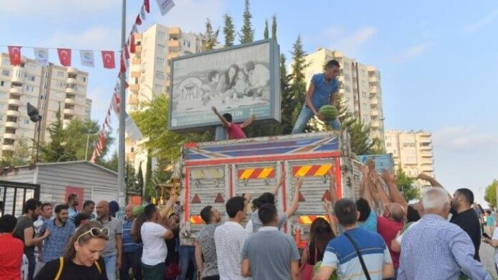Adana'da 15 ton karpuz vatandaşlara dağıtıldı