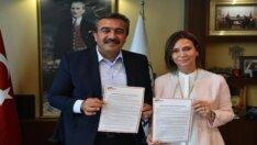 """Başkan Çetin, """"Kadın Dostu Kent Taahhütnamesi""""ni imzaladı"""