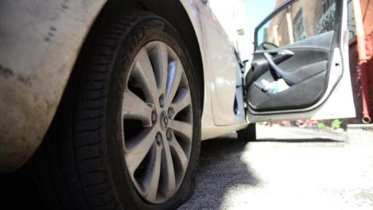 Otomobilin Lastiğini patlatıp soydular