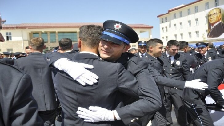 Polis okulunda mezuniyet sevinci