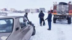 Tufanbeyli'de Yolda kalan vatandaşlara belediye başkanı yardım etti