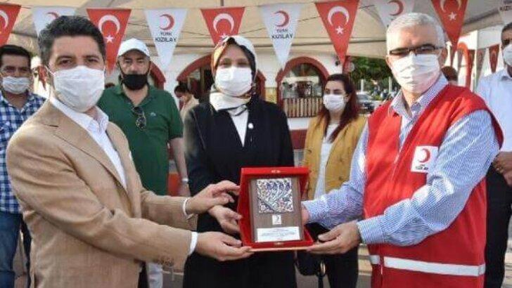 Adana AK Parti'den Kızılay'a Bağış