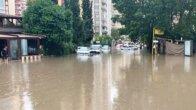 Adana'da Sağnak Yağmur Hayatı Felç Etti