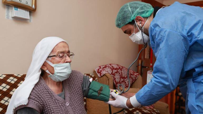Bakan Koca duyurdu... 90 yaş üstü vatandaşlar evlerinde aşılanmaya başlandı