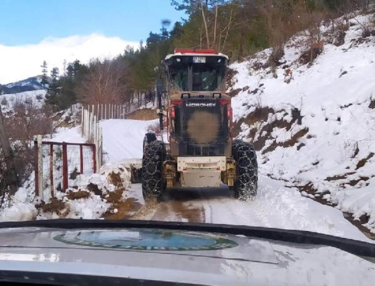 Feke'de karla kaplı yolların açılması için çalışma başlatıldı