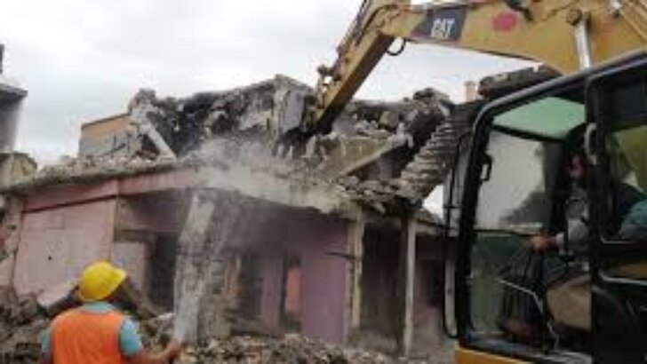 Adana'da metruk binalar yıkıldı