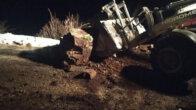 Feke'de yamaçtan kopan kayaların kapattığı yol açıldı