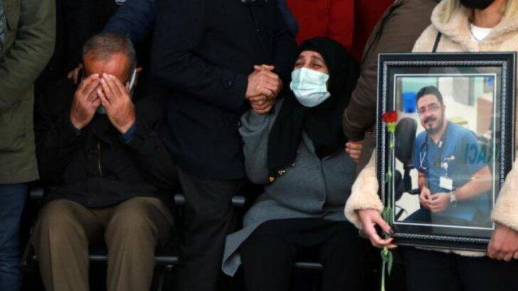 Adana'da Koronavirüse yenilen doktor için düzenlenen törende gözyaşları sel oldu