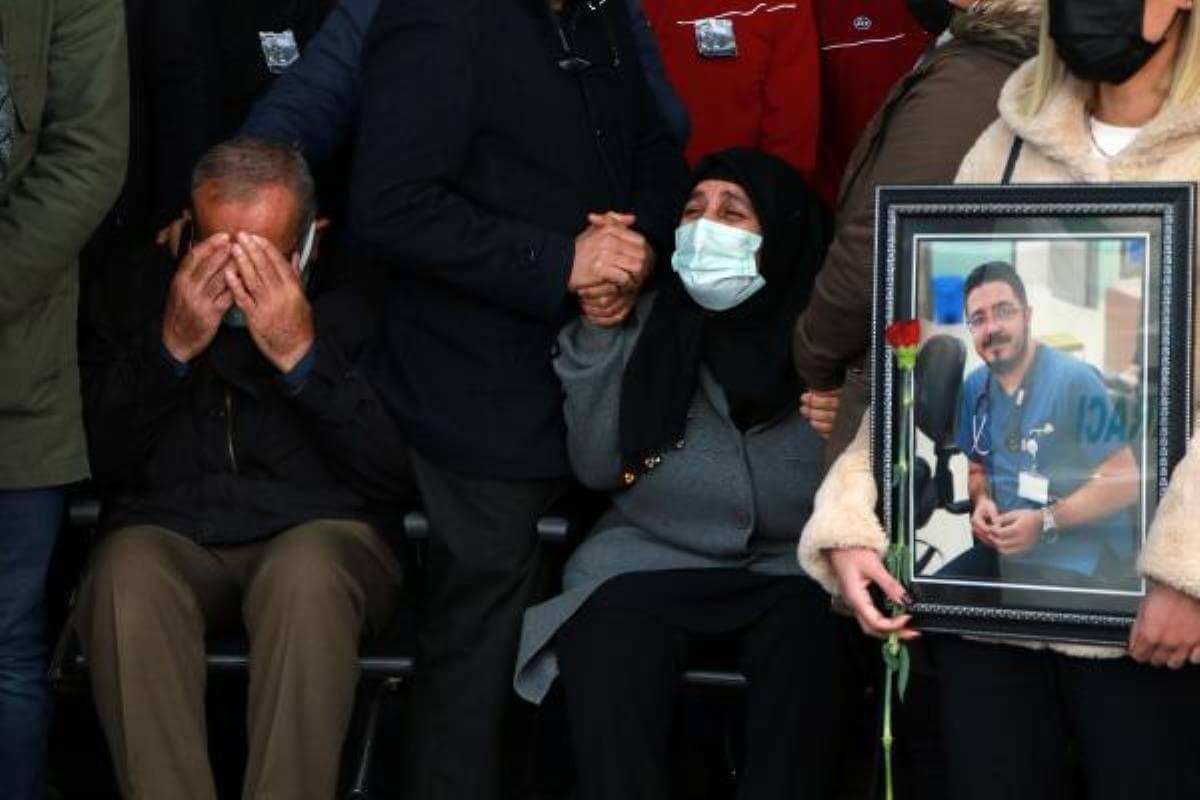 Son dakika... Koronavirüse yenilen doktor için düzenlenen törende gözyaşları sel oldu