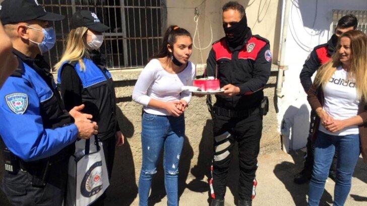 Polisten 5 kardeşini kaybeden Nehir'e doğum günü sürprizi