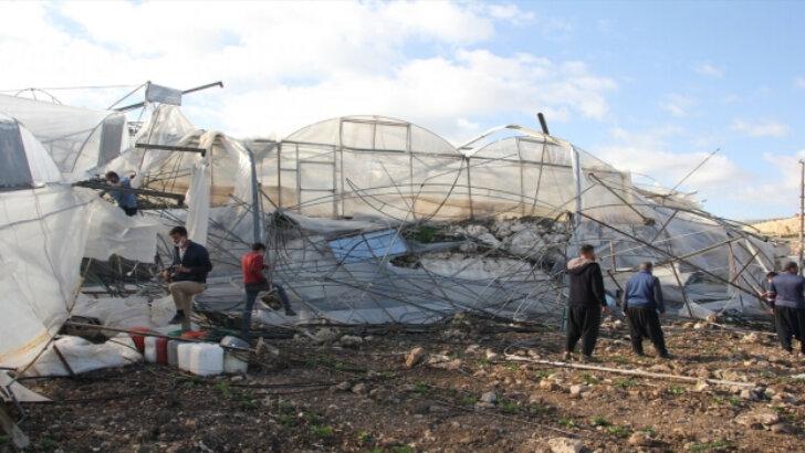 Adana ve Mersin'de fırtına nedeniyle çatılar uçtu, seralar zarar gördü
