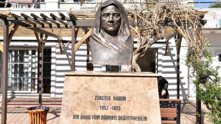 Adana'da çalınan Zübeyde Hanım büstünün yerine yenisi yerleştirildi
