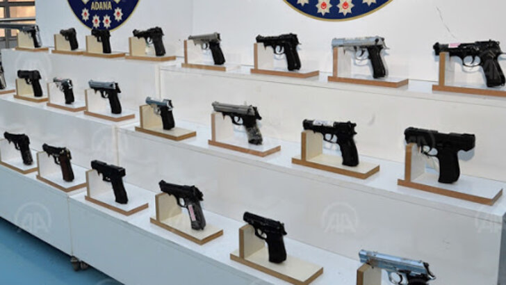 Adana'da polis denetimlerinde ruhsatsız 44 silah ele geçirildi