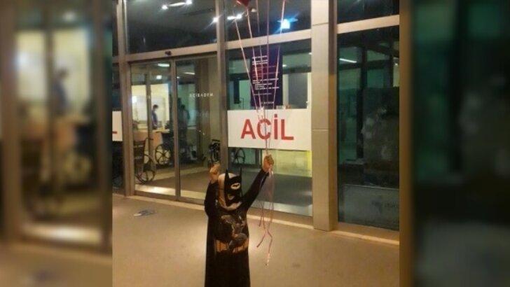 Donörün vazgeçmesi üzerine kardeşinin iliğiyle hayata tutunan Yiğit Ali, 'Batman' kostümüyle taburcu edildi