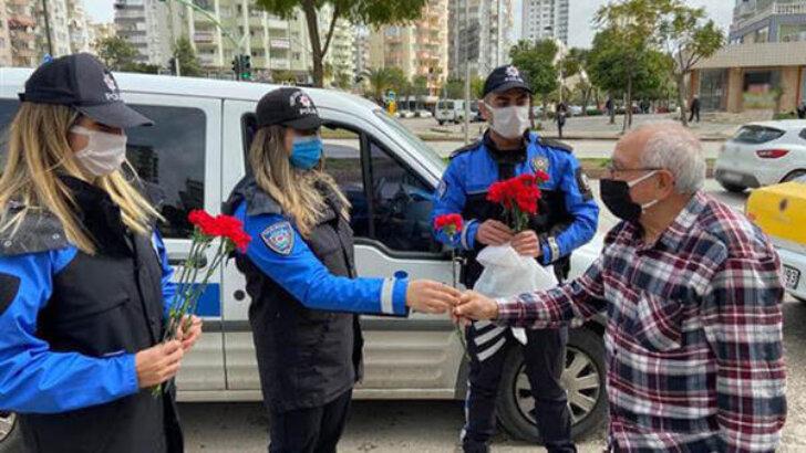 Yaşlılara polisten karanfil