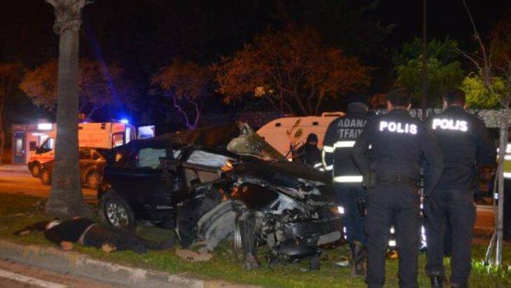Adana'da, refüjdeki ağaçlara çarpan otomobildeki 3 kişi yaralandı