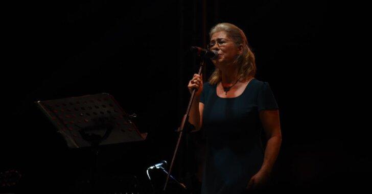 Adana'da sağlık çalışanlarına vefa konserinde, İlkay Akkaya sahne aldı